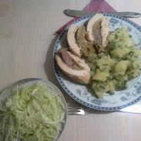 Csirkemell java töltelékkel, petrezselymes burgonyával, káposztasalátával