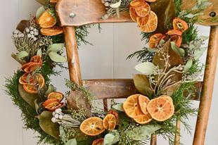 Hangolódjunk az ünnepekre: illatos ajtódísz