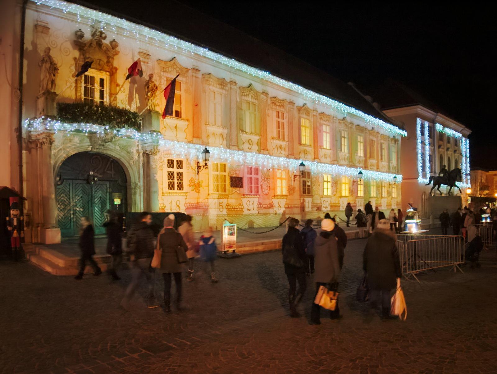 Adventi naptár-fényfestés a Polgármesteri Hivatalon