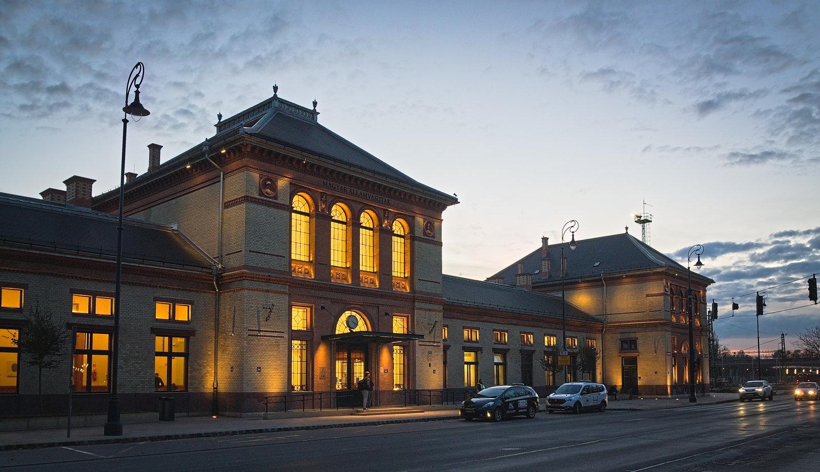 A már majdnem teljesen felújított vasútállomás épülete sincs messze