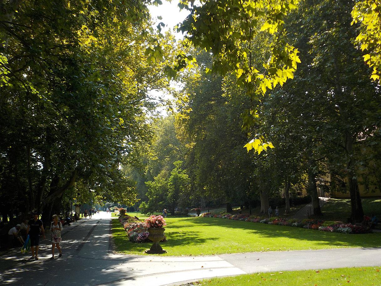 A fürdő előtti park meg mindenhogyan jól néz ki, még a déli verőfényben is