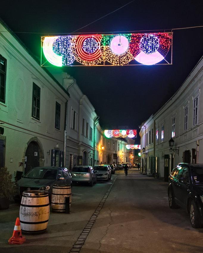 A belváros környéki kisebb utcák is kaptak kivilágítást...