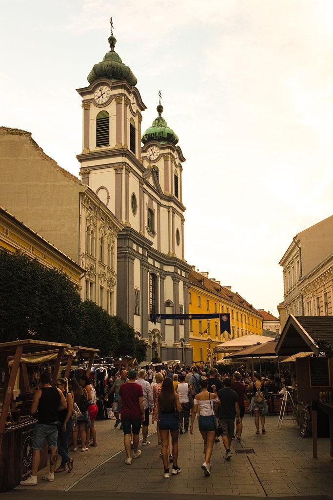 A tömeg aztán elindult a Budapest Bárra...