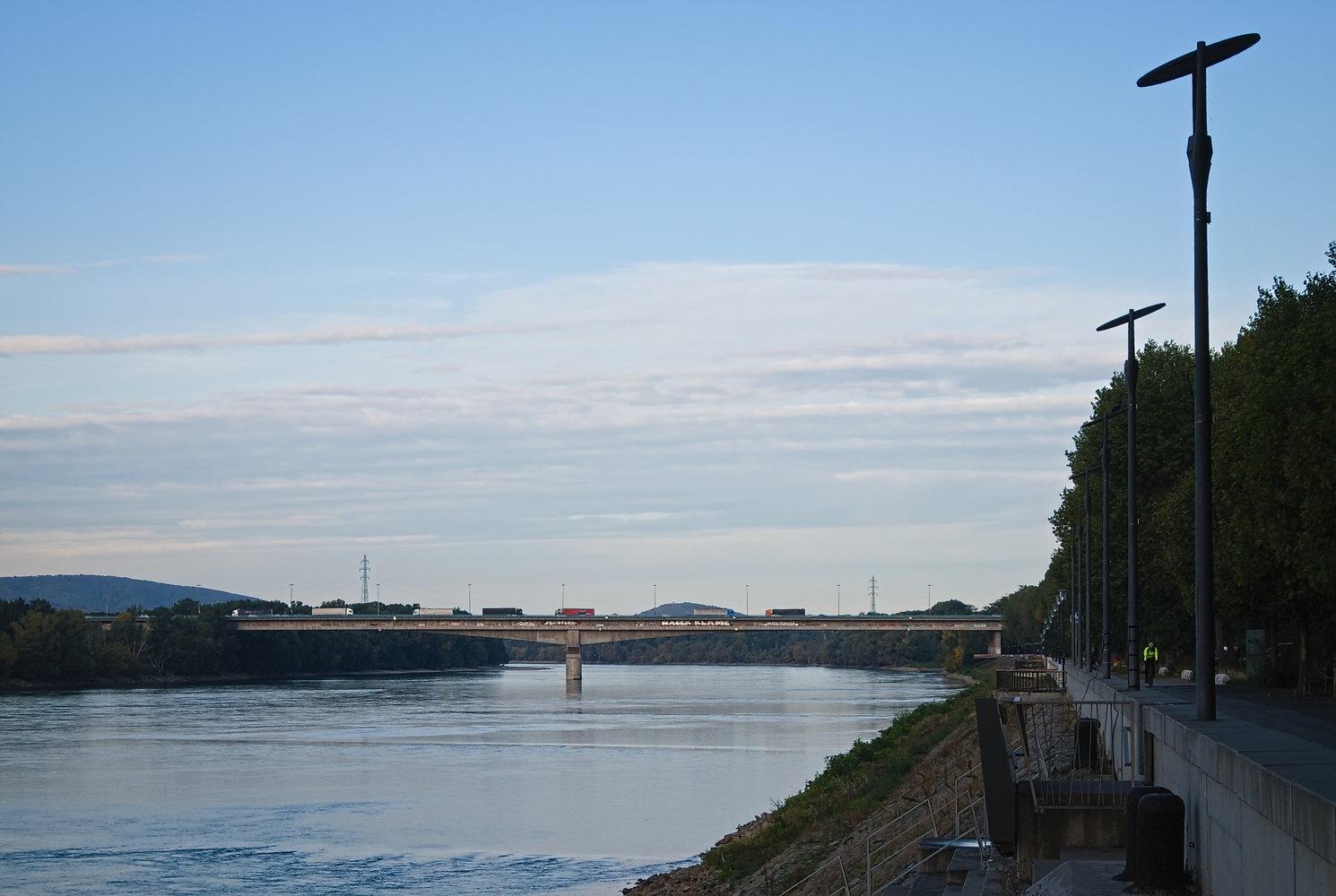 Meg persze a város legnyugatibb hídja, azon túl már kb. Ausztria jön.