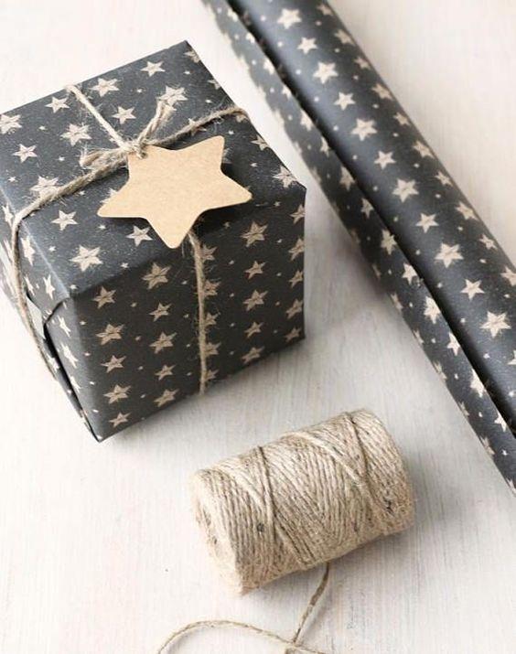 Egyszerű de mégis különleges ez a megoldás. Használhatunk bármilyen nekünk tetsző karácsonyi csomagolópapírt, a különleges az lesz benne, hogy szalag helyett kenderzsineget, kenderfonalat használunk! Az eredmény klasszikus lesz de még sem unalmas!