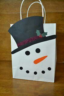 Ha nem szeretnénk csomagolással vesződni a papírtáska a legegyszerűbb megoldás! De ebben az esetben is van arra lehetőség, hogy kicsit feldobjuk a kinézetét. Ehhez a cuki hóemberes taksához csak egy egyszerű fehér táskára van szükség illetve némi színes papírra. Vágjuk ki a megfelelő 'alkatrészeket' a hóemberhez és ragasszuk rá!
