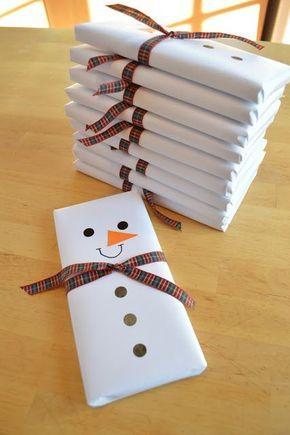 Színes csomagolópapír hiánya nem jelenti azt, hogy nem lehet kreatívan megoldani a csomagolást!