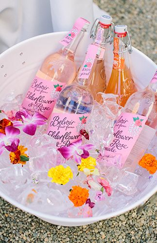 Az italok hűtés a melegbe fontos, de virágokkal feldobva igazán mutatós!