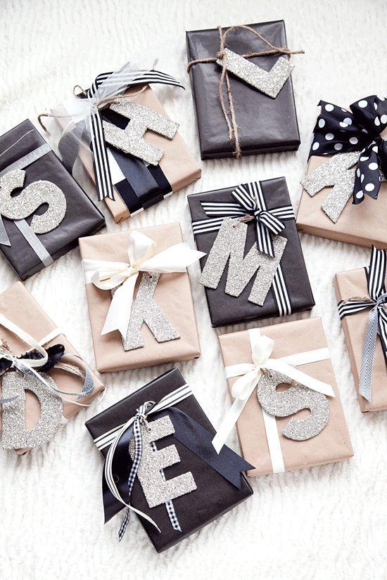 Nevek helyett kezdőbetűk! Kartonból, csillogós dekorpapírból vágjunk ki a családtagok kezdőbetűit, szalaggal kössük az ajándékra és kész is az egyedi csomagolás!