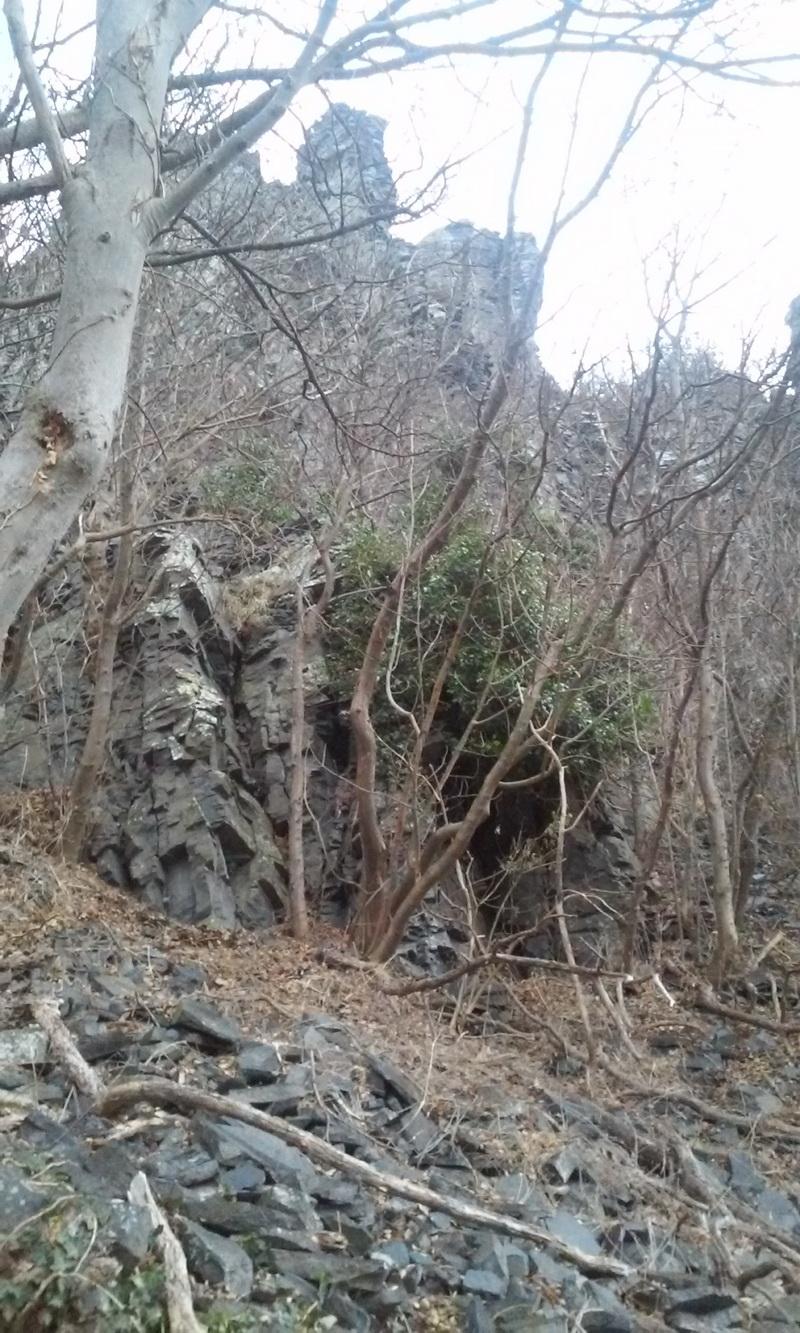 Barlang a bazalttöredékek között