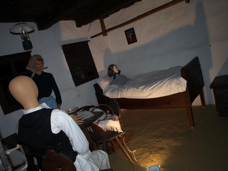 Családi jelenet az egyik házban, éjszakai megvilágításban