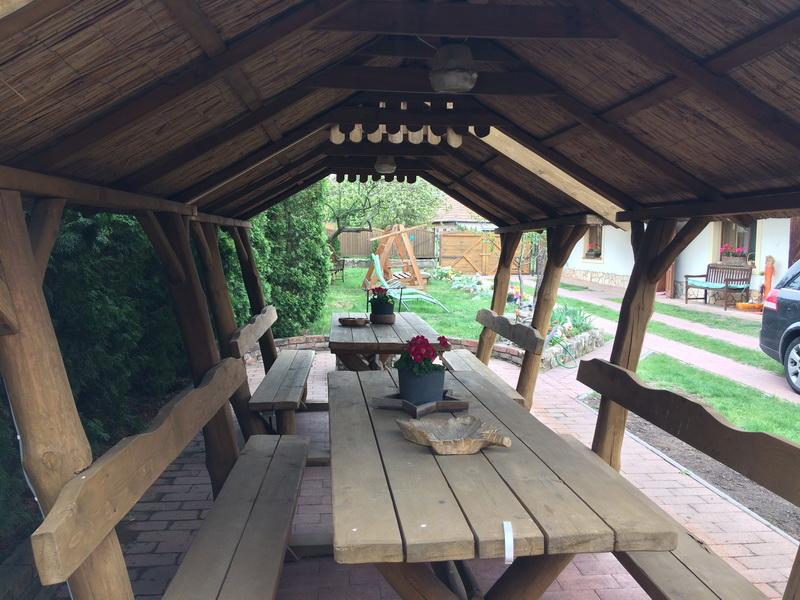 Fedett kiülő padok, grillező, bográcsozó hely mellett
