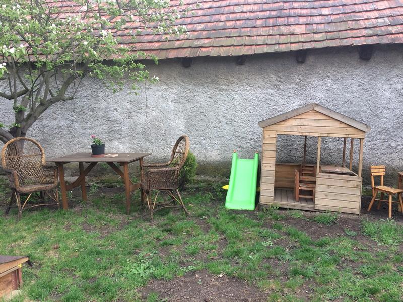 Gyerek kisház az udvaron
