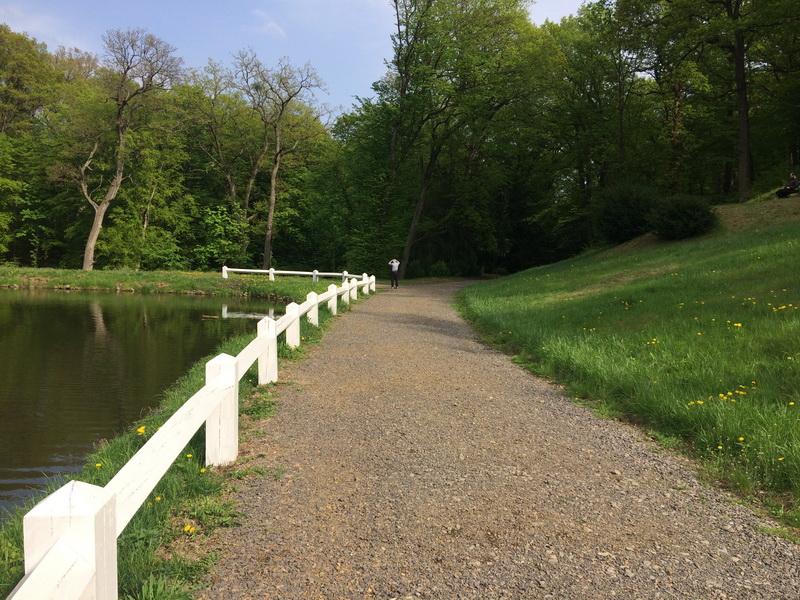 A tavat körülölelő sétálóút
