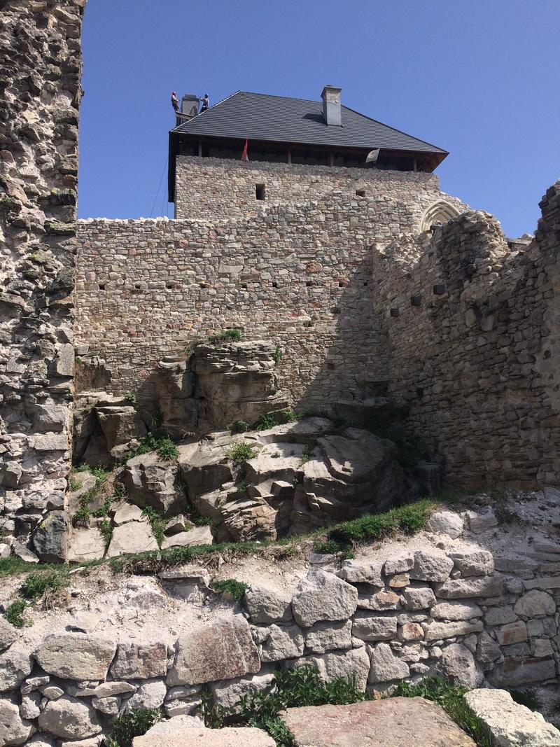 A torony látképe a vár udvaráról