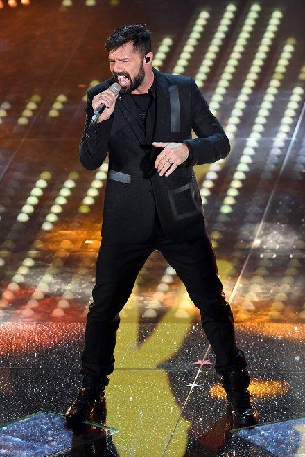 Mindjárt az első este Ricky Martin toppant be és fergeteges hangulatot varázsolt a színpadra. 2000-es évek szupersztárját pár pasi biztos irigyelte, hogy milyen jó nőkkel boronálták össze. Azóta persze történt egy és más...