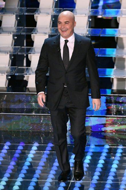 Ezt a olasz fickót tévében nem gyakran lehet ilyen viccesnek látni. Az elmúlt másfél évtized egyik legsikeresebb olasz tévésorozatának a főszereplője. Csak a legelvakultabb európai sorozatnézők sejthetik. Na, vajon ki lehet? Megoldás a következő képen.
