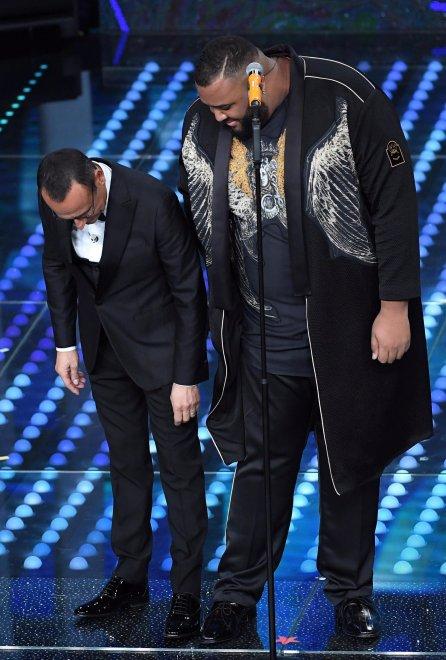 Az egyik (szó szerint) legnagyobb egyéniség a versenyzők között Sergio Sylvestre volt, akivel még a műsorvezető is viccelődött.<br />Itt éppen a cipőméretüket hasonlítják össze. Korábban egy olasz tehetségkutatót nyert meg.