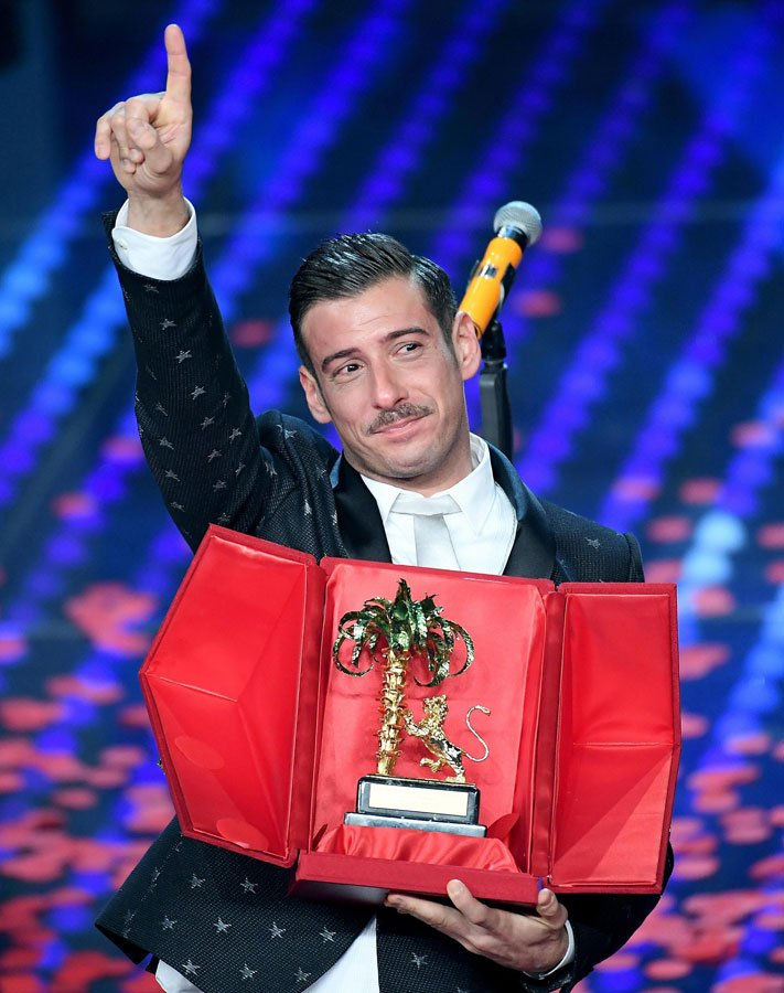 Az idei Sanremo győztese: Francesco Gabbani a 'Occidentali's Karma' számával. A száma állati lett :)<br />Ő fogja majd képviselni az olaszokat az idei Eurovízión is, amelyet májusban rendeznek Kijevben.