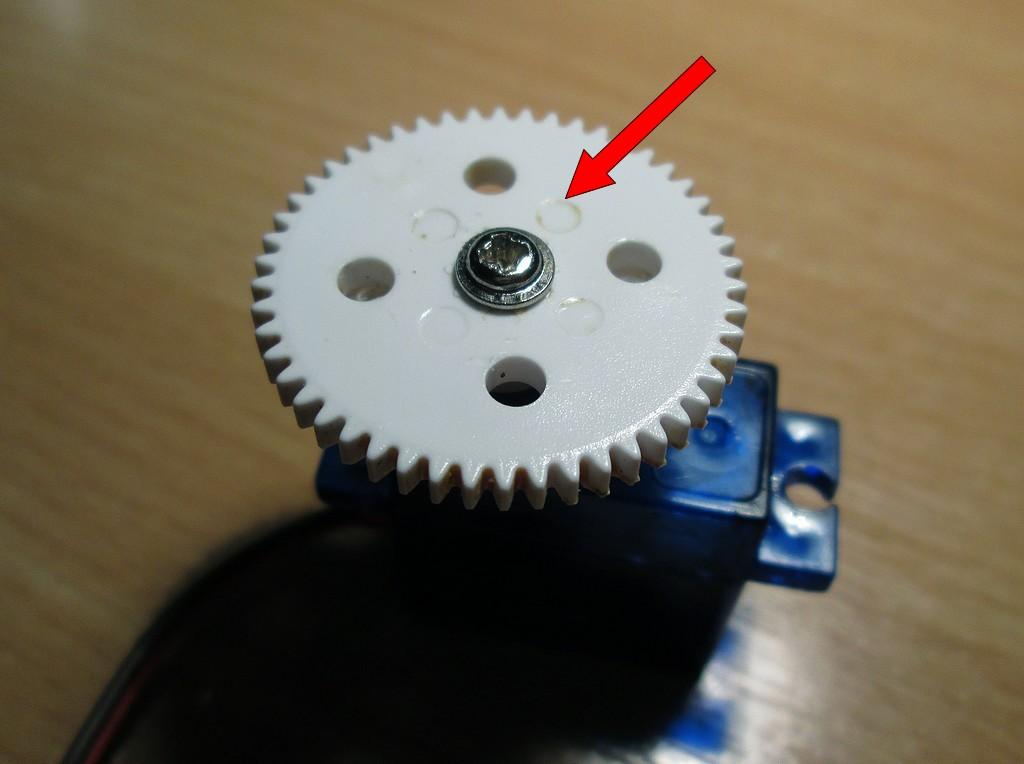 A középső csavar szorítja a motor tengelyére a fogaskereket.