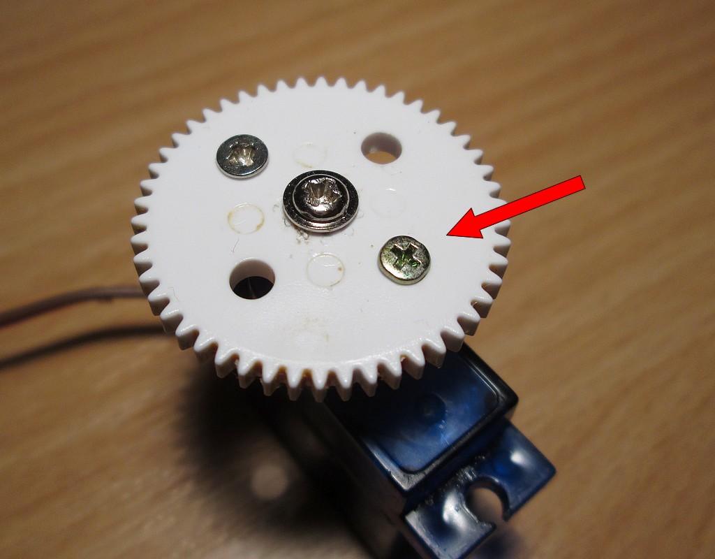 Két kisebb csavar akadályozza meg a kerék elmozdulását.