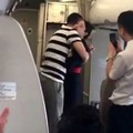 Kirúgták a stewardesst, akinek a gépen kérték meg a kezét