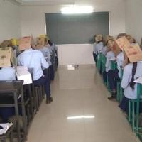 Dobozzal a fejükön vizsgáztak egy iskolában