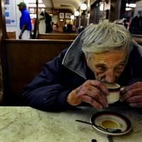 """A """"felfüggesztett kávé"""" igaz története"""