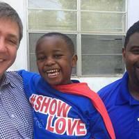 A négyéves kisfiú, aki Supermanként segíti a szegényeket