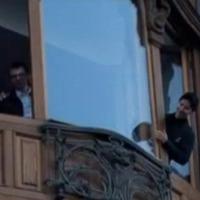 Az ablakon szórta ki a pénzét a milliárdos