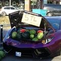 Luxusautóból árulta a görögdinnyét