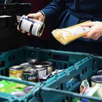 Már a szegényeknek szánt élelmiszeradományt fosztogatják