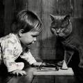 Így nő fel együtt a kislány és cicája