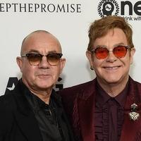 Elárverezik Elton John legnagyobb slágereinek kéziratait