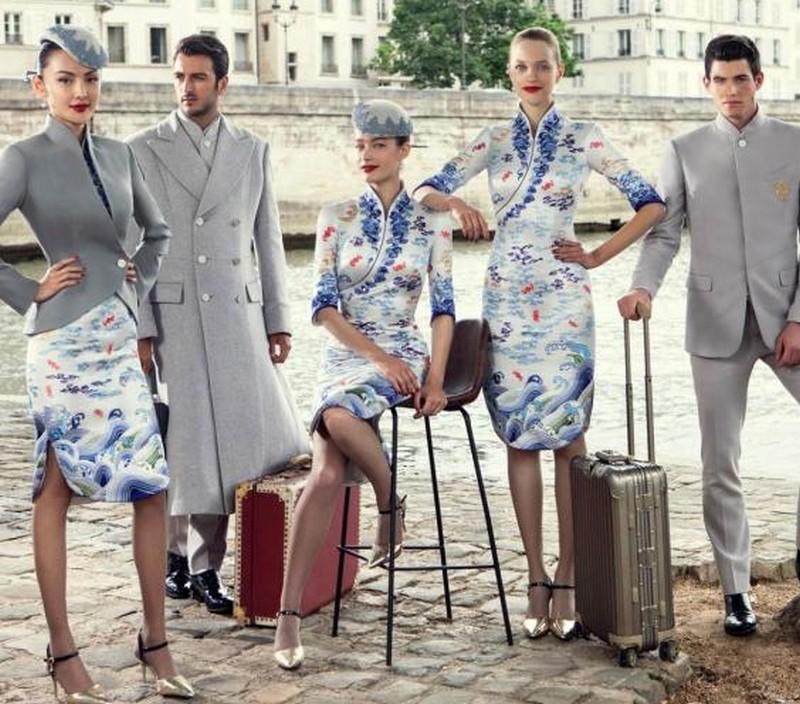 5dd468d3206e Viszont ha a légiutas-kísérők ruházatáról van szó, bármi megtörténhet.  Egyes légitársaságok a hétköznapi viseletet kedvelik, mások mindent  szigorúan ...