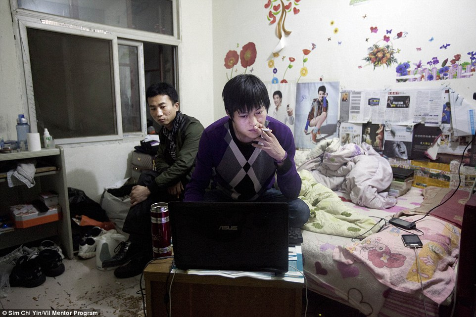 A cigarettázó Liu Fei (24) otthonáról nem a rend jut elsőként eszünkbe, de ez őt a legkevésbé sem zavarja, csak az számít neki, hogy megtalálja a számítását Pekingben.