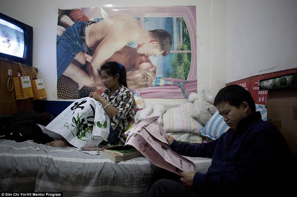Niu Song (33) és felesége, Zhao Ansheng (32) szakácsként dolgozva kényszerültek a föld alá, hogy félre tudjanak tenni egy kis pénzt.<br />