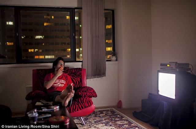 Amir tévézik.jpg