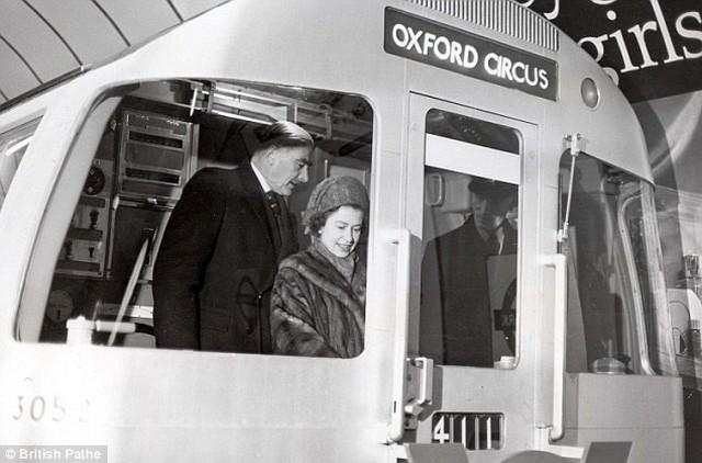 II. Erzsébet vezet.jpg