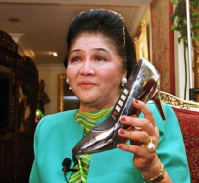 Imelda Marcos cipővel.jpg