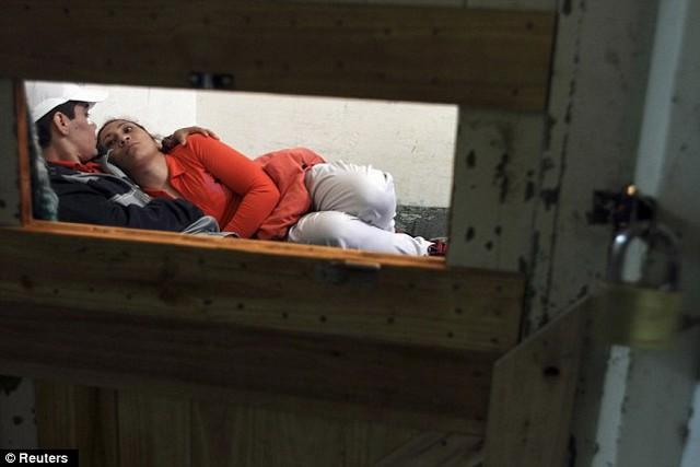 Silvia Rodas és a barátnője közös cellában.jpg