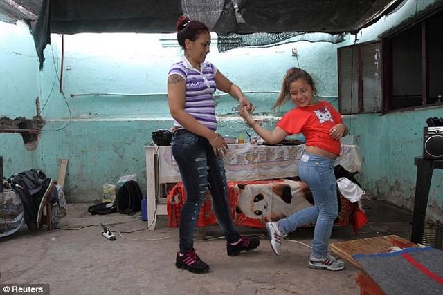 Silvia Rodas és lánya táncolnak.jpg