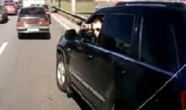 autóból pisztollyal.jpg