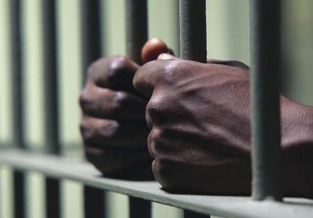 börtön kéz.jpg