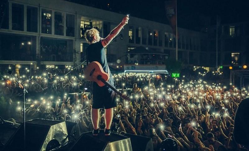 Csak egy gitáron játszik, mégis milliókat keres egy koncerttel - Ezért drágák a jegyek