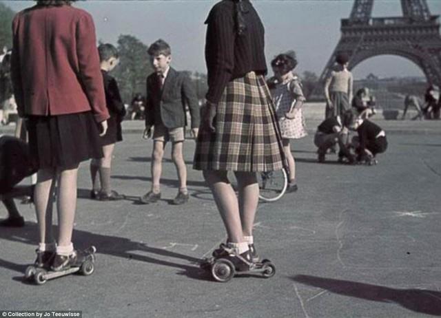 játszó gyerkek Eiffel torony.jpg