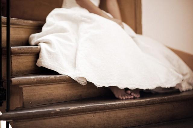 menyasszony mezítláb lépcsőn.jpg