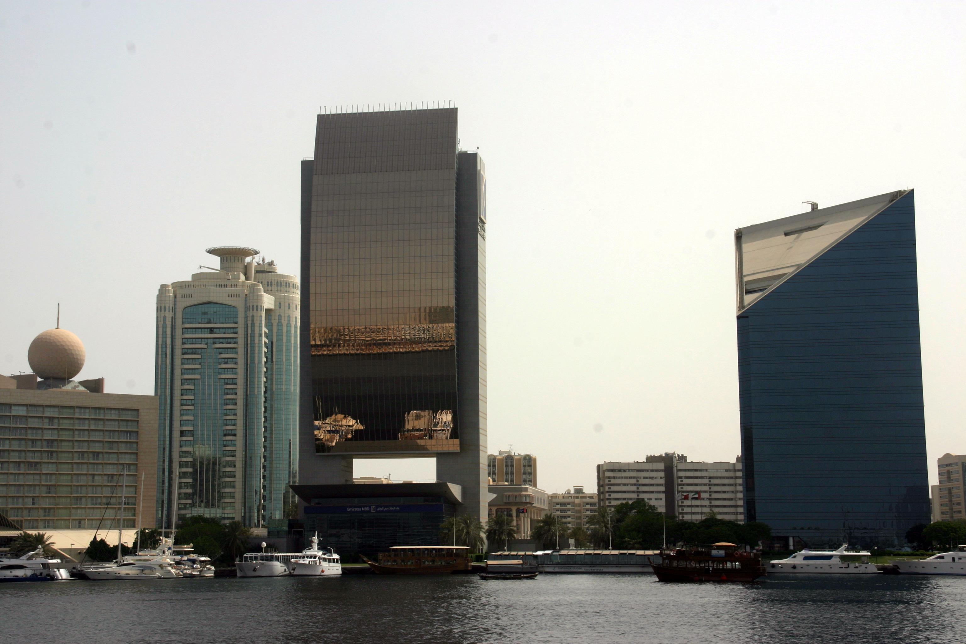 A Deira városrész Creek menti felhőkarcolói voltak a városban az elsők - ma már történelminek számítanak (amíg Kairóban egy 400 éves épület szinte újnak számít, addig Dubajban a 80-as évekbeli már réginek és történelminek)