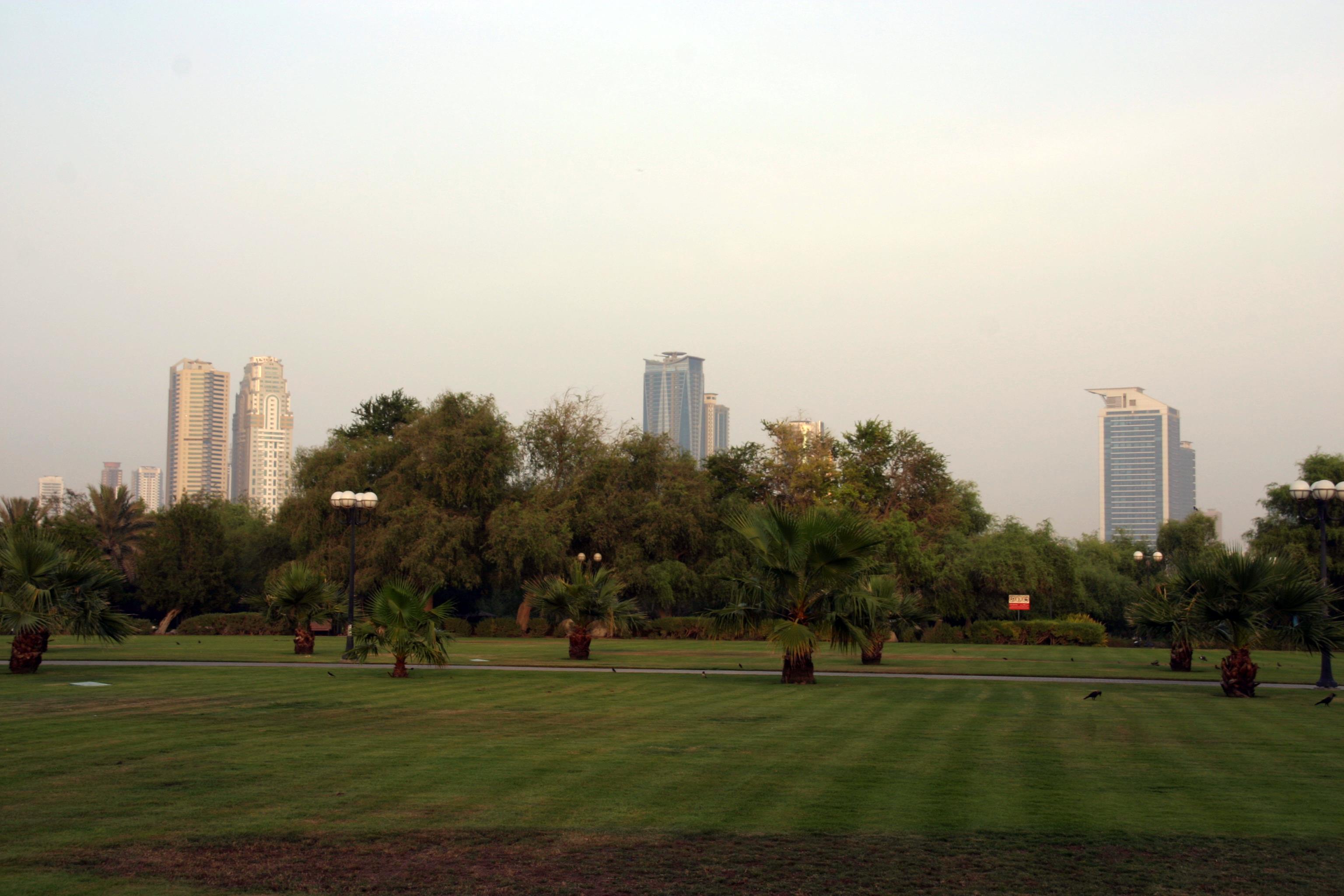 Sardzsa (Sarjah) emirátus üzleti felhőkarcolói a dubaji al-Mamzar Park felől