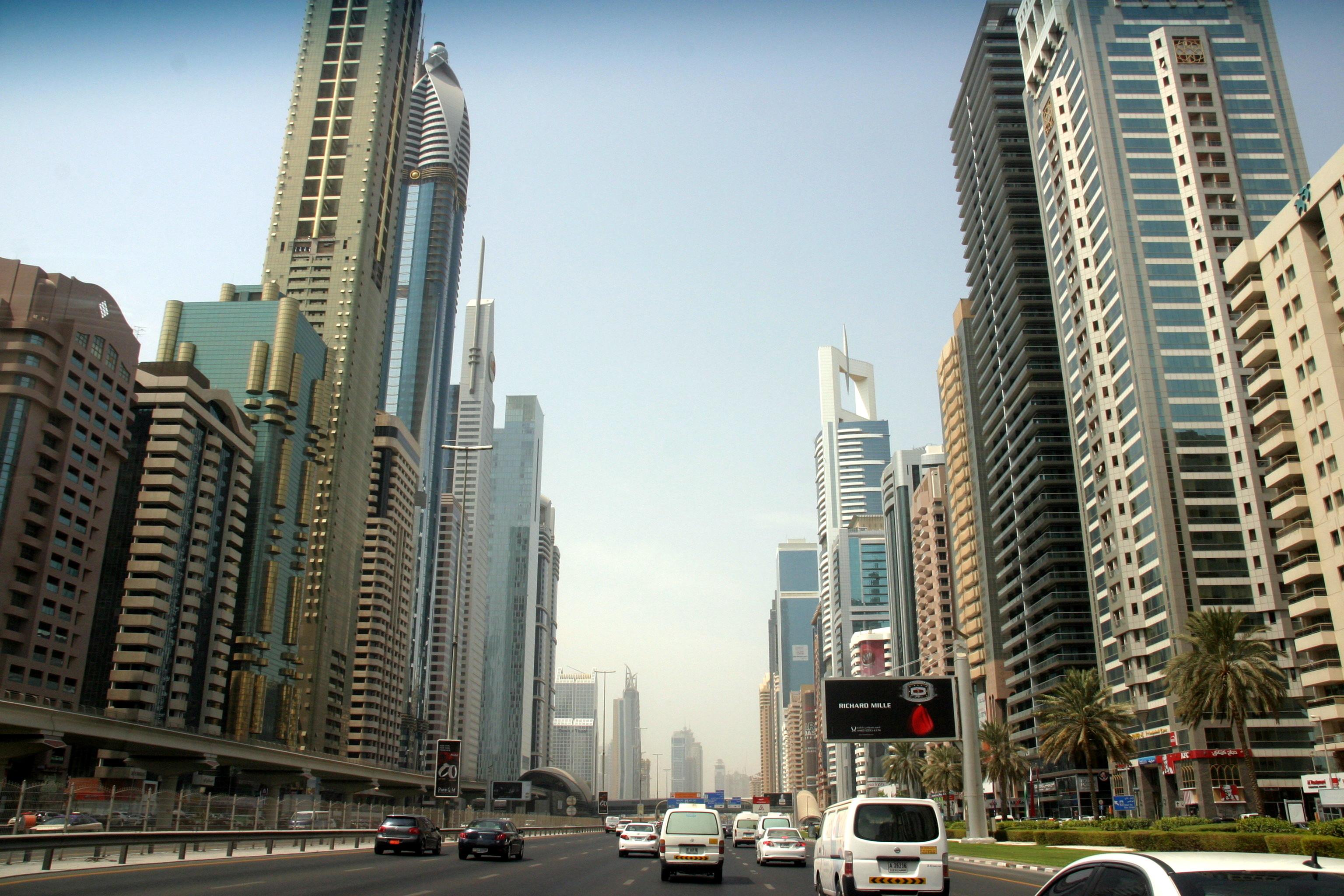 Dubaj emirátus: az államalapító Sheik Zayed bin Sultan al Nahyan-ról elnevezett főút vezet keresztül Dubajon, mellette és a közelében sorakozik az üzleti élet felhőkarcolóinak többsége, a legszélesebb helyen 16 sávos és a 2-es metró megy végig az út mentén